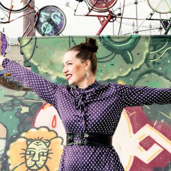 Aino Venna, Faarao Pirttikangas ja Los Fabulosos ovat musiikillisia matkaoppaita Keitaan nojatuolimatkalla