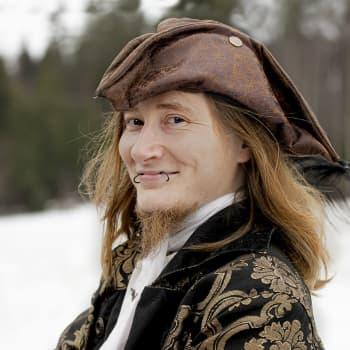 Miksi nuori mies pukeutuu kuin muskettisoturi kauppareissullekin? - Eetu Autere kääntää päät historiallisella tyylillään