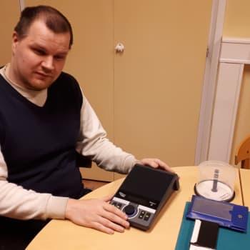 Keski-Suomen näkövmmaisten äänilehti Sentteri palvelee nyt digitaalisena - silti myös vapaaehtoisia lukijoita tarvitaan edelleen