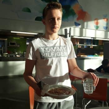 Oppilaat kertovat: Ruokailu ilman tarjottimia aiheuttaa käytännön ongelmia