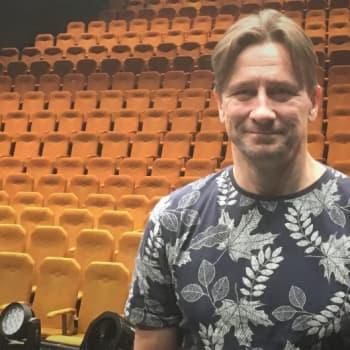 50 vuotta täyttänyt näyttelijä Jyrki Mänttäri on viihtynyt koko uransa samassa teatterissa - sekä vaatteet päällä että alasti