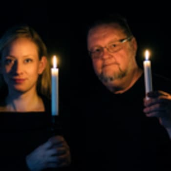 Risto ja Jenni saavat oppitunnin keskiaikaisiin soittimiin Korppoon Pyhän Mikaelin kirkossa