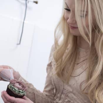 Vieraana kansainvälistä uraa tekevä kakkutaiteilija ja leivontakirjailija Emma Ivane
