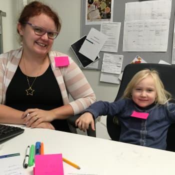 """Riikka Koskimies otti viisivuotiaan Ronja-tyttärensä mukaan töihin - """"Mä haluan syödä pelkkää karkkia ja olla eläinlääkäri"""""""