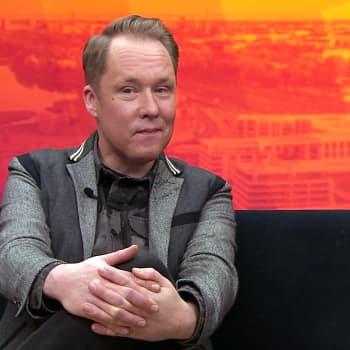 """""""Kuoleman kanssa vatvoskellessa laittaa itseäänkin peliin"""", sanoo kirjailija Mikko Rimminen"""