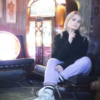 Olivera on uuden sukupolven laulaja-lauluntekijä, jonka musiikkia on kuunneltu suoratoistopalveluissa miljoonia kertoja