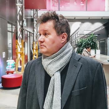"""Kaikki Tieto-Finlandia -ehdokkaat lukenut Tuomo Karhu: """"Kirjat avasivat ikkunoita maailmoihin, joita en tiennyt olevan olemassa"""""""