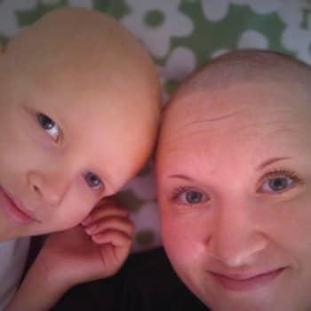Siiri menehtyi syöpään vuosia sitten – äiti kerää lahjakortteja, pehmoleluja ja muita reippauspalkintoja syöpää sairastaville lapsille edelleen