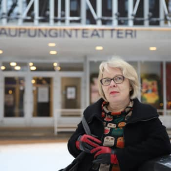 """""""Teatterikritiikki kirjoitetaan aina lukijoille, ei teatterin tekijöille"""", sanoo pitkän uran kulttuuritoimittajana tehnyt Päivi Taussi"""