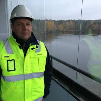 Pyhtää tekee poikkeuksellisen ratkaisun - kunnanvirasto muuttaa vuokralle pienempiin tiloihin järven rannalle
