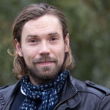 """""""Alhaisen ja eläimellisen ja taivaita hipovan yhdistelmä kiehtoo minua"""", sanoo esikoisromaaninsa kirjoittanut Jussi Nikkilä"""