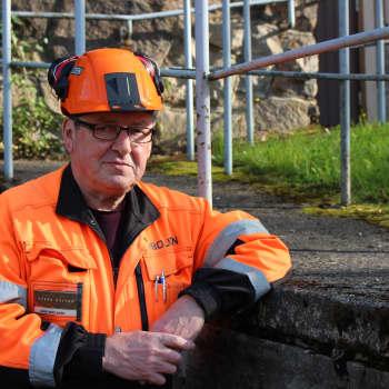 Kaivosopas Kari Moilanen vie matkailijoita maanalaisille kierroksille.