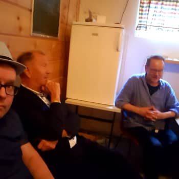 Tapani Kansa ja Lasse Hoikka keskustelevat takahuoneessa