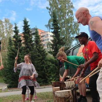 Sisi Majitu - Jyväskyläläiset tanssivat tulen loimussa ja rummun soidessa Tampereen Fest Afrikassa