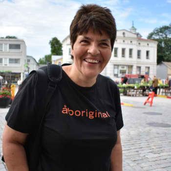 Lotte Rasinkangas på guidad rundtur i gamla stan i Ekenäs