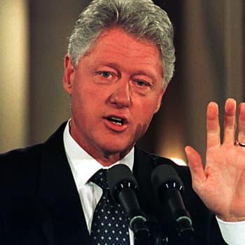 Pekka Vennamo erotetaan, Bill Clinton joutuu syytteeseen