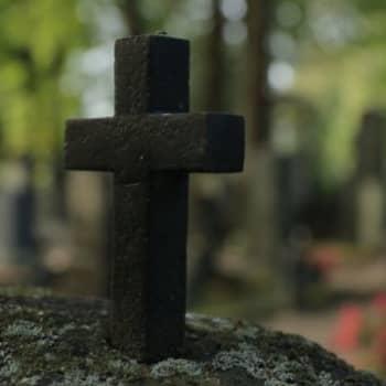 """Kaipaisitko pappia hautausmaalle? """"Läsnäolo on siinä se kaikkein suurin lohtu"""""""