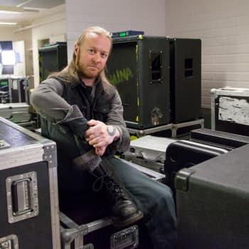 """Esikeski-ikäinen Antti Hyyrynen kirjoitti albumin isänsä kuolemasta ja muistelee lapsuuttaan – """"pian varmaan Stam1nan levyllä kuullaan haitaria"""""""