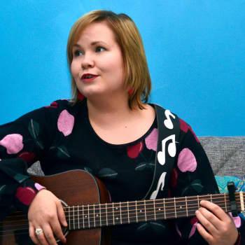 Kuusi kuvaa kolttamuusikko Anna Lumikiven elämästä