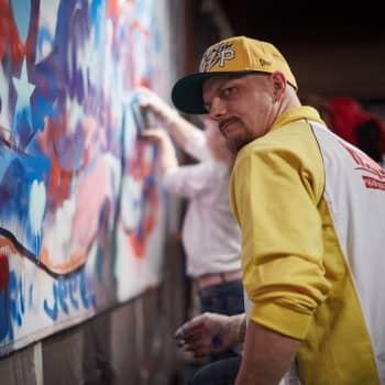 Graffitimaalari Hende Nieminen parantaa maailmaa maalipurkki kädessään