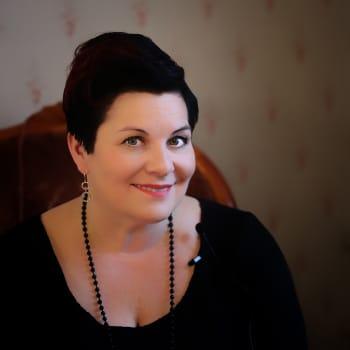 Kuusi kuvaa kansanmuusikko ja kulttuurijohtaja Sari Kaasisen elämästä