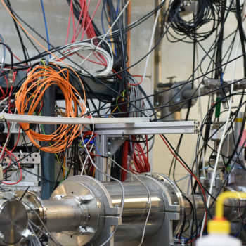 Kiihdyttimellä ratkotaan raskaiden alkuaineiden syntyä tähdissä – myös satelliittien elektroniikkaa testataan