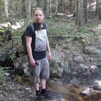 Filosofin kanssa metsäpolulla