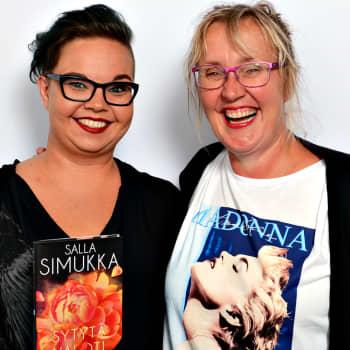 Kirjailija Salla Simukan kirjoja on käännetty enemmän kuin Waltaria