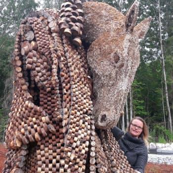 Taiteilija Jenni Tieahon myyttiset eläinhahmot
