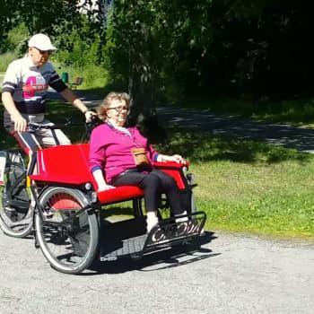 Vapaaehtoiset riksa-kuljettajat antavat senioreille kyytejä