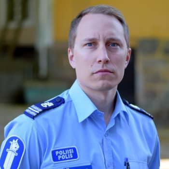 Två vargar rörde sig i Karis centrum - kommissarie Markus Ramstedt berättar vad polisen vet nu