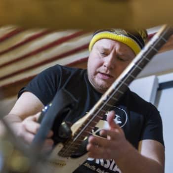 Sunnuntaivieraana laulaja-kitaristi Tomi Tajakka