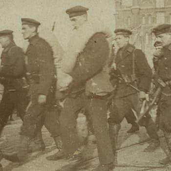 Sisällissota 1918 - punaiset muistot: Punakaartin muonittaja perheineen suojeluskunnan kuulusteluissa (Ester Tanner, Helsinki)