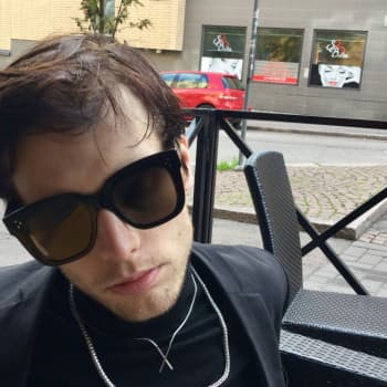 Kirjakerho: Häröä ja hajetta eli Miki Liukkosen romaani O