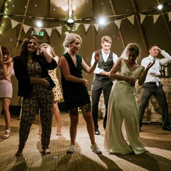Kyläjuhlat, häät, illanistujaiset - juhliminen on tärkeä suomalaisia yhdistävä tekijä
