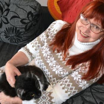Sunnuntaivieras: Kunniamerkillä palkittu äiti Saimi Anias kannustaa äitejä olemaan omia itsejään