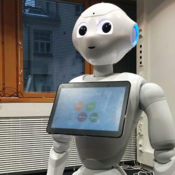 Ajantasa: Onko tässä tulevaisuuden asiakaspalvelija vai hoivaaja? Robotti voi neuvoa, hoivata ja jopa säästää selkää