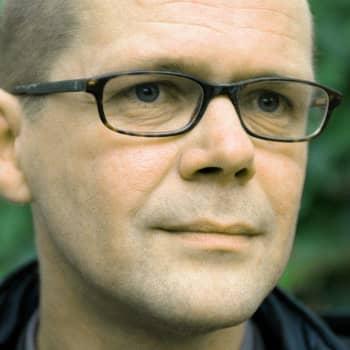 2002 Kari Hotakainen ja romaanin Juoksuhaudantie
