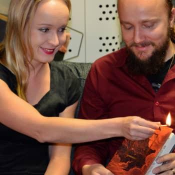 Radio Suomesta poimittuja: Kirjailija ja kustannustoimittaja hakevat lukijaa puhuttelevaa muotoa kirjalle
