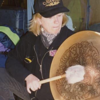 Kuusi kuvaa: Näyttelijä, laulaja ja ohjaaja Eija Ahvo on ikuinen idealisti