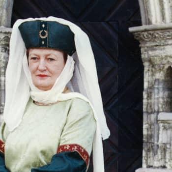 Kuusi kuvaa: Turun tuomiokirkon opas Aiju von Schöneman on hassutteleva lady