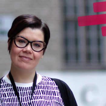 Esitystaiteilija Johanna Tuukkaselle vaatteet kertovat eletystä ja koetusta