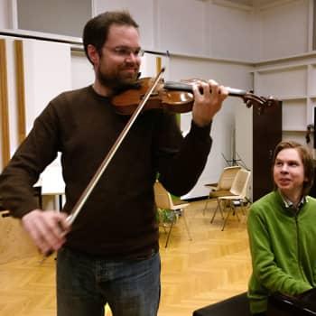 M-studio: Jean Sibelius: Neljä kappaletta op. 115: 4. osa Kellot (Petteri Iivonen, viulu, ja Juho Pohjonen, piano)