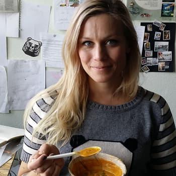 Ruokatreffit: Kokki Meri-Tuuli Lindström nauttii ulkona kokkailusta