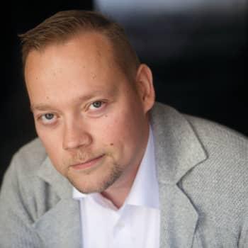 Viikon kirja: Kirjailija Lauri Mäkinen ja romaani Älykkäät kuin käärmeet, viattomat kuin kyyhkyset