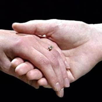 Taustapeili.: Miten muuttuu rakkaus, kun puoliso sairastuu vakavasti?