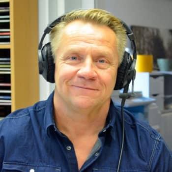 Yövieras: Olli Lindholm rentoutuu keikan jälkeen sohvalla nakkeja syöden