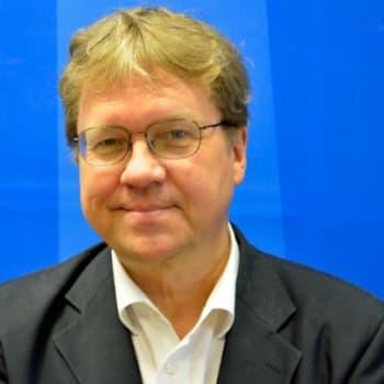 Taustapeili.: Pekka Sauri: Muistelmat eivät enää tätä päivää