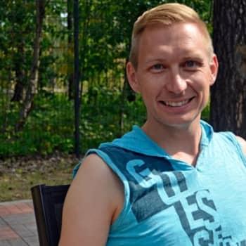 Yövieras: Dragartisti Marko Vainiolla on sekä nais- että mieshahmoja