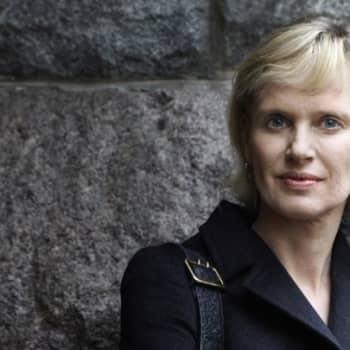 Viikon kirja: Kirjailija Siri Hustvedt ja romaani Säihkyvä maailma